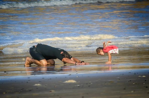 chris-hemsworth-beach-yoga